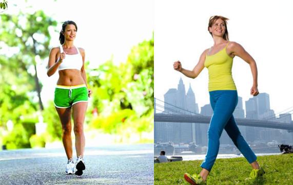 2、加强肌肉训练:腿部,尤其是大腿肌肉的强壮能够对膝关节提供相应的保护。大腿前面的肌肉股四头肌强壮,能够减少落地时对膝盖的冲击,很多膝盖正面痛都是由股四头肌太弱引起的。靠墙静蹲是锻炼股四头肌最简单的方法,靠墙静蹲由于是静态动作,膝关节无收放,冲击较小。但是在训练过程中不要一开始就追求静蹲时间和强度。注意姿势的标准,比如不要弯腰,要保持臀部的稳定,要将膝盖放在脚踝的垂直上方等。 3、重视拉伸和放松:跑前的放松、热身阶段是必须的。很多运动损伤都是发生在训练的开始阶段,此时身体还没有彻底适应运动状态。全身关节的