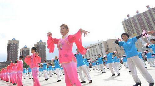 这26万元的酬奖十足让人惊呆了!大妈们都拼老命了,每个人都跳的精彩十足。广场舞最早是凤凰传奇的歌曲,火热的广场舞开始兴起来,各地大妈在业余时间都跳起了广场舞,其实广场舞有很多的优点,广场舞可以锻炼大妈们的身体,也可以使步入中年身材发福的大妈们保持苗条的身材。